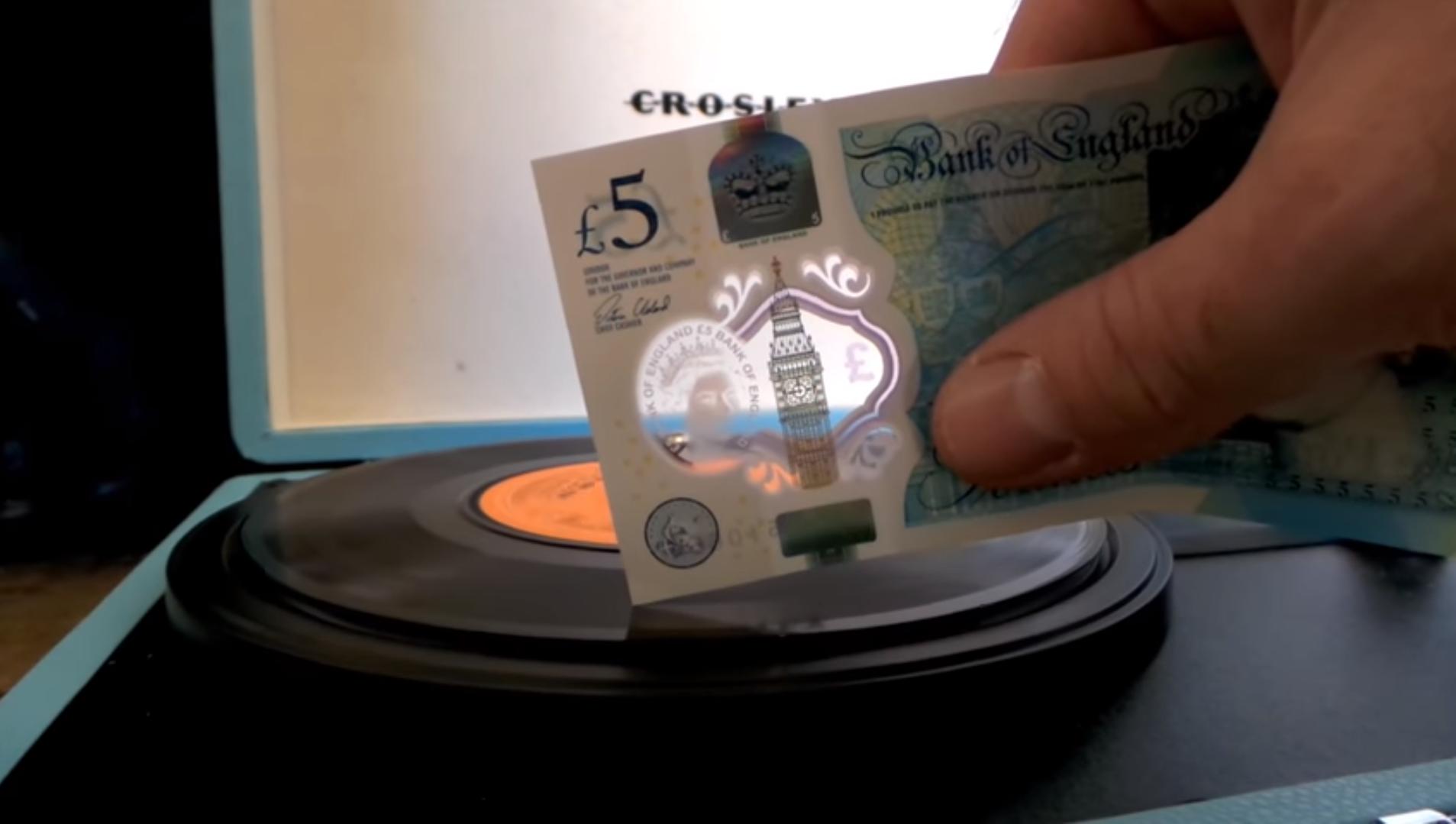 Schallplatten abspielen via Banknote. Bild: YouTube Screenshot