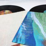 Doppel-LP in bedruckter Innenhülle. Links das fixierte Stück Segel