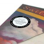 Auf das eingeschweißte LP Cover wurde ein Sticker platziert